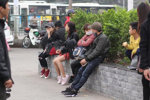 Phía bên ngoài đường Phạm Hùng, nhiều người tranh thủ ngồi nghỉ ngơi trước khi tìm phương tiện để di chuyển tiếp.