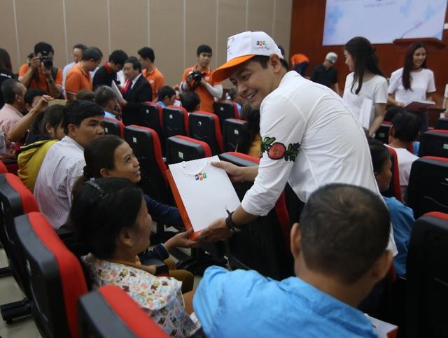 MC Phan Anh tặng quà cho bệnh nhân tại BV Ung bướu Đà Nẵng.