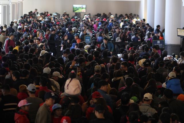 Hàng nghìn người dân xếp hàng để lên cáp treo khám phá nóc nhà Đông Dương.