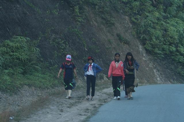 Các em học sinh ở huyện Tây Giang trên đường đi học về. Ảnh: Đức Hoàng