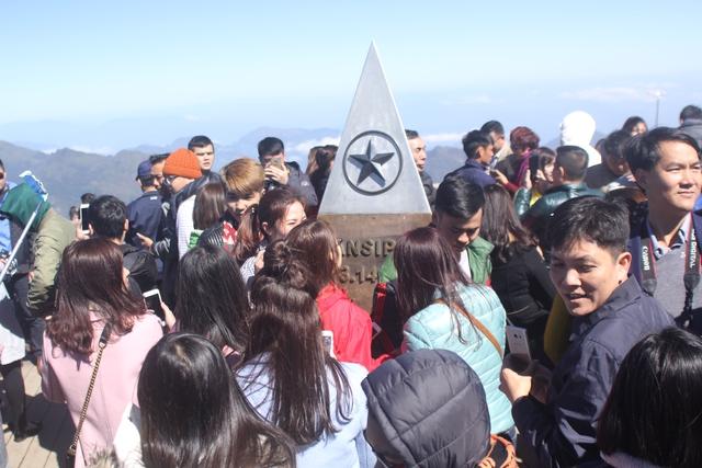 Ai cũng muốn có một tấm ảnh chụp trên đỉnh Fansipan.