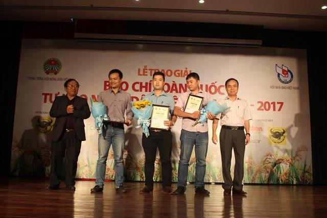 Ông Trần Bá Dung – Trưởng Ban nghiệp vụ Hội Nhà báo VN, Phó trưởng BTC giải và ông Trần Đăng Khoa – Phó Chủ tịch thường trực Hội nhà văn VN, Phó trưởng Ban thường trực BGK lên trao giải Ba cho các tác giả.