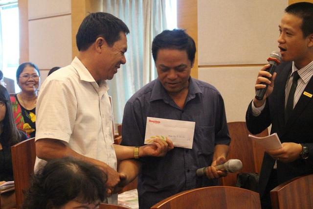 Nhà báo Lê Thọ Bình quyết định tặng lại toàn bộ giải thưởng cho anh Thành, để anh Thành có thêm vốn để chăn nuôi.