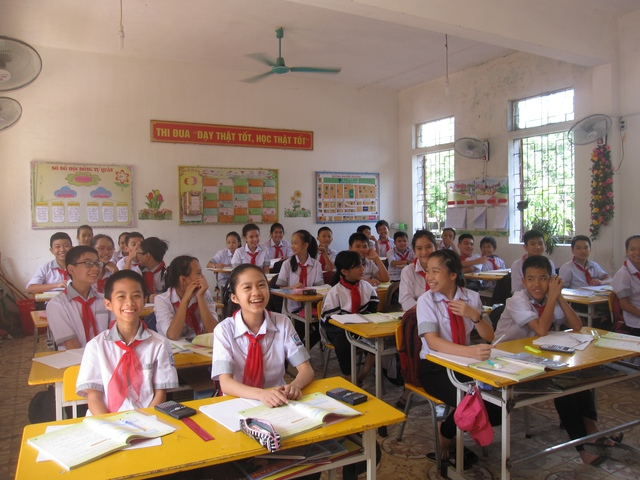 Học sinh THCS Nam Hồng (thị xã Hồng LĨnh) vui mừng bỏ VNEN. Ảnh Lê Văn Vỵ.