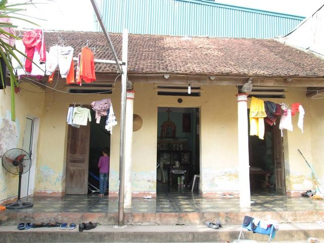Nạn nhân Lệ được đưa về nhà hơn nửa năm nay ở xóm Trung, Thanh Thủy, Thanh Oai.