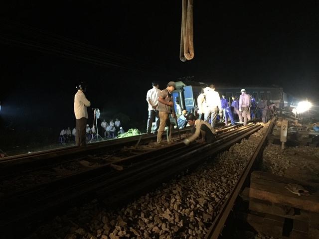 Gần 200 công nhân đường sắt được điều động, nỗ lực xuyên đêm cố gắng cứu hộ tàu. Ảnh: L.C
