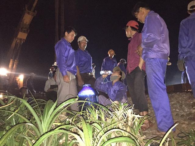 Phút nghỉ ngơi của các công nhân ngành đường sắt khi nỗ lực cứu hộ cứu nạn tàu hỏa gặp nạn. Để hoàn thành sửa chữa, nhiều khả năng đêm nay họ phải thức trắng...