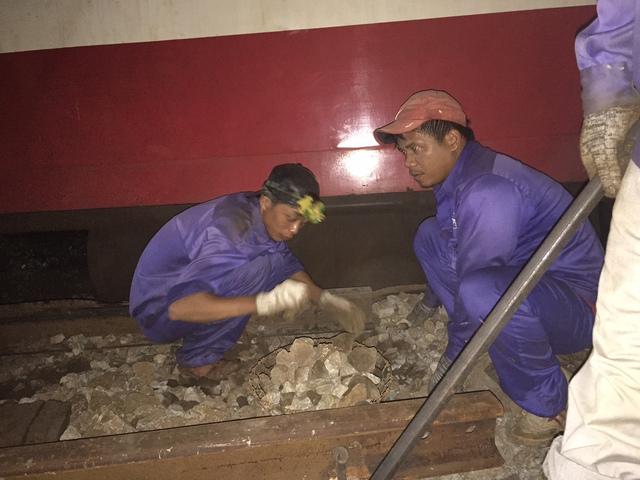 Lực lượng cứu hộ làm việc trắng đêm cố gắng hoàn thành sửa chữa đoạn đường sắt hư hỏng để sớm thông đường trong thời gian sớm nhất...