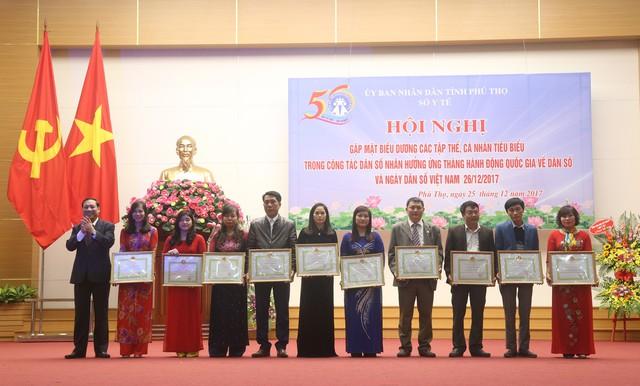 Đồng chí Võ Thành Đông, Phó Tổng cục trưởng Tổng cục DS-KHHGĐ tặng Giấy khen của Tổng cục cho các tập thể, cá nhân đạt thành tích xuất sắc năm 2017