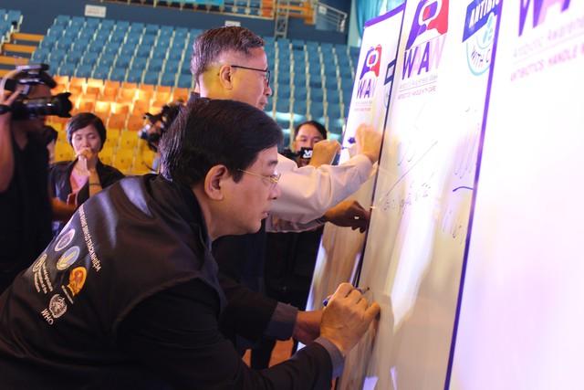 PGS.TS Lương Ngọc Khuê - Cục trưởng Cục quản lý khám chữa bệnh ký cam kết sử dụng thuốc kháng sinh có trách nhiệm