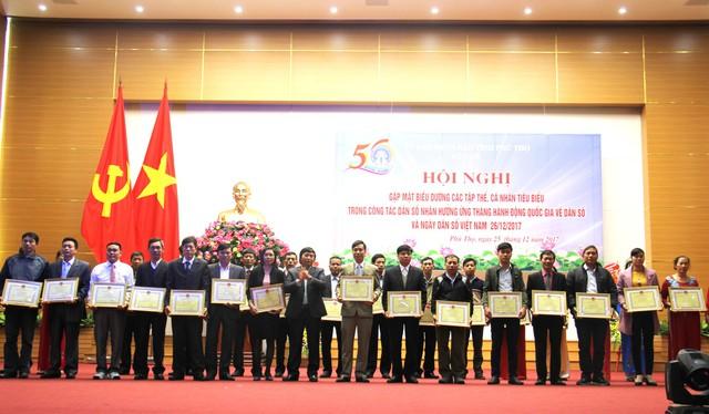 Đồng chí Hồ Đức Hải, Tỉnh ủy viên, Giám đốc sở Y tế tặng Giấy khen của Giám đốc Sở Y tế cho các tập thể, cá nhân đặt thành tích xuất sắc năm 2017