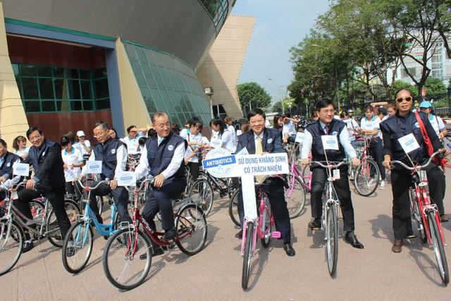 Các đại biểu đạp xe hưởng ứng lễ phát động sử dụng kháng sinh có trách nhiệm.