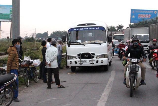 Thi thể nạn nhân được chuyển lên xe và đưa về quê tổ chức mai táng. Ảnh: Đ.Tùy