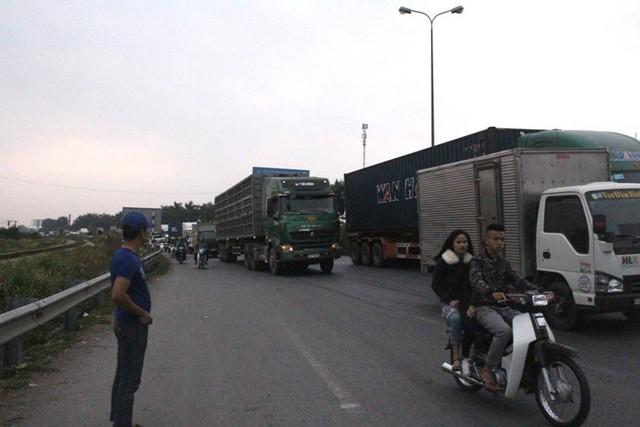 Vụ tai nạn giao thông khiến đoạn đường trên QL5 khu vực ngã Ba Hàng ùn tắc cục bộ. Ảnh: Đ.Tùy