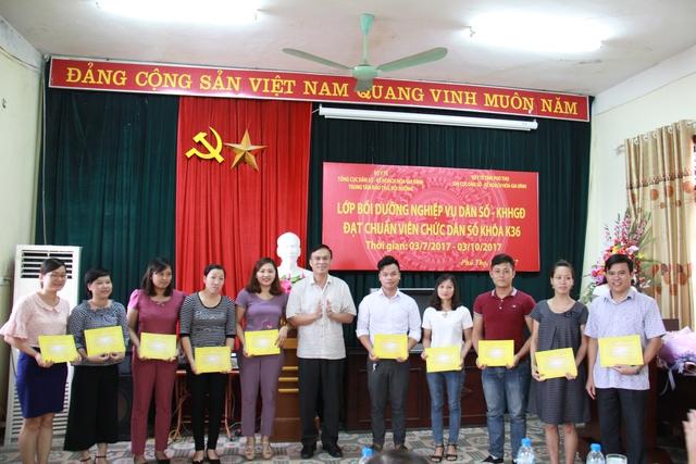 Ông Hồ Chí Hùng- Phó Tổng Cục trưởng Tổng cục DS-KHHGĐ trao chứng chỉ cho các học viên