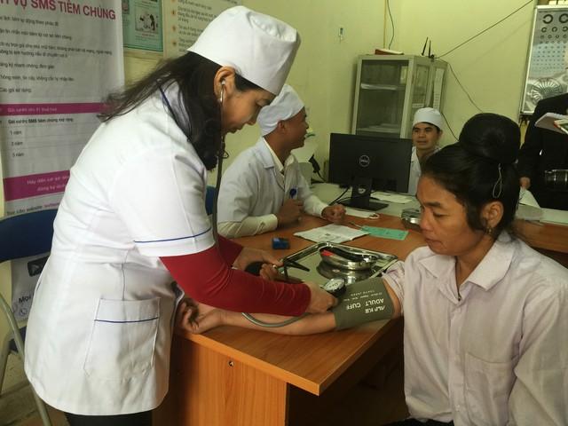 Đo huyết áp cho bệnh nhân ở Trạm Y tế xã Mường Phăng, huyện Điện Biên, tỉnh Điện Biên. Ảnh: V.Thu