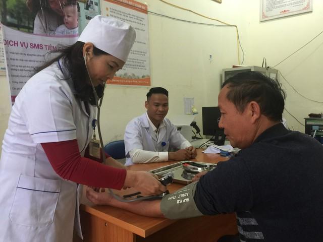 Đo huyết áp cho bệnh nhân tại Trạm y tế xã Mường Phăng, huyện Điện Biên, tỉnh Điện Biên. Ảnh: V.Thu