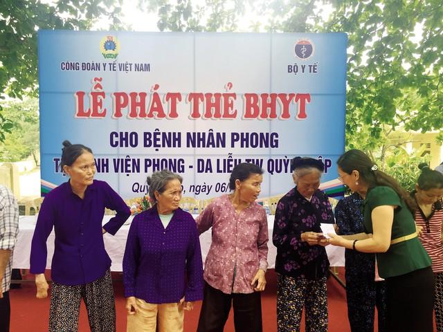 Đồng chí Trần Thị Bích Hằng, Chủ tịch Công đoàn Y tế ViệtNam trao thẻ BHYT cho bệnh nhân phong tại BV Phong - Da liễu Quỳnh Lập (Nghệ An).     Ảnh:PV