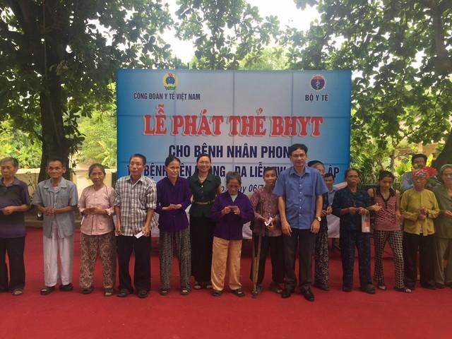 Cán bộ lãnh đạo Công đoàn Y tế Việt Nam tặng quà cho con chiến sỹ đảo Trường Sa mắc bệnh hiểm nghèo.