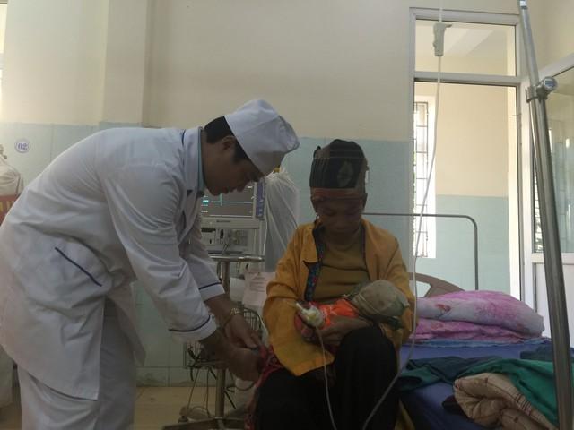 Kiểm tra sức khoẻ bệnh nhi điều trị tại Bệnh viện Đa khoa thị xã Mường Lay, tỉnh Điện Biên.Ảnh: V.Thu