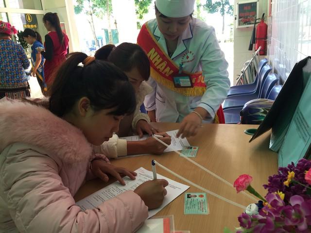 Nhân viên công tác xã hội Trung tâm Y tế huyện Tam Đường (Lai Châu) hướng dẫn bệnh nhân thủ tục khám chữa bệnh. Ảnh: V.Thu