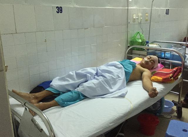 Anh Thôi hiện đang được điều trị tích cực tại bệnh viện. Ảnh: Nguyễn Huy