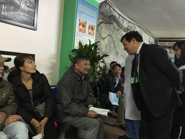Bệnh nhân Nguyễn Văn Ngọc chờ kết quả siêu âm, kiểm tra lại sau mổ tạị khu xét nghiệm, BV Đại học Y Hà Nội cho biết, bình thường, mỗi lần ông đi khám hay chờ siêu âm khoảng 1 tiếng. Thái độ của cán bộ y tế tại đây khiến ông cảm thấy hài lòng.