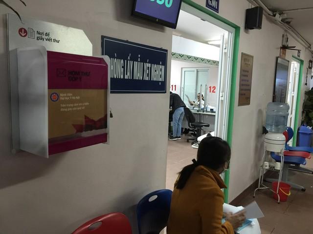 Hòm thư góp ý của BV Đại học Y Hà Nội được đặt ở tất cả các tầng, mỗi tầng có từ 1-2 hòm thư. Các cán bộ của đoàn kiểm tra Cục Quản lý Khám chữa bệnh đánh giá cao hòm thư này vì hình thức bắt mắt, kích thước đúng chuẩn của Bộ Y tế, đặt ở chỗ đông người qua lại, dễ nhìn