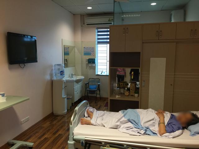 Bệnh nhân được điều trị nội trú tại Khoa Khám bệnh theo yêu cầu. Tại đây, có 7 buồng bệnh, giá mỗi phòng là 2,2 triệu đồng/ngày. Thực tế trong buổi khảo sát, PGS.TS Lương Ngọc Khuê đánh giá cao những nỗ lực cải tiến của Bệnh viện trong bệnh phòng
