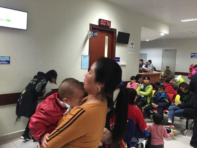 Trời lạnh sâu, rất đông bệnh nhi tới khám tại Bệnh viện Nhi Trung ương. Ảnh: V.Thu