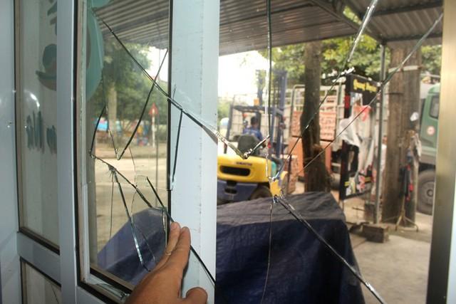 Vào tối 5/11, gia đình anh Duyên người cùng thôn Hàm Hy cũng bị nhóm đối tượng lạ mặt đập phá đồ đạc, biển quảng cáo. Ảnh: Đ.Tùy