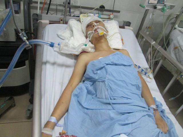 Em Cháng Đức Long, 18 tuổi bị chấn thương sọ não nặng. Ảnh: Ngọc Thi