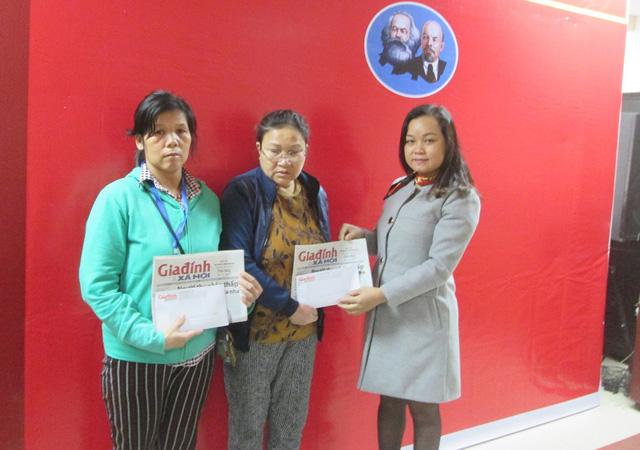 Báo Gia đình & Xã hội trao tặng số tiền 4 triệu đồng của bạn đọc ủng hộ đến bà Phan Thị Hậu (mẹ anh Cháng Đức Long) và 7,7 triệu đồng cho bà Võ Thị Liên (mẹ anh Đỗ Hoàng Bảo Quốc). Ảnh: NT