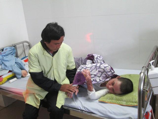 Ông Phan Văn Nhì lo lắng tương lai sau này của con gái mình sẽ gặp khó khăn trong việc lập gia đình. Ảnh: Ngọc Thi