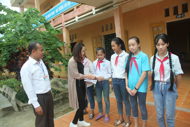 Trao quà cho các em học sinh nghèo học giỏi của trường THCS Tam Lư. Phần quà do công ty Films 9669 trao tặng