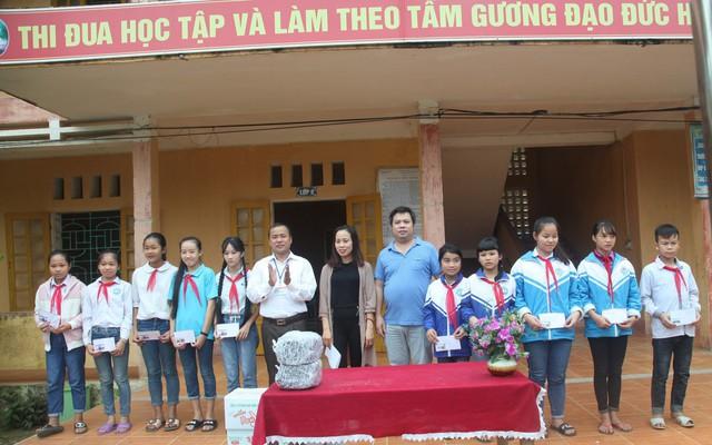 Theo thầy hiệu trưởng Nguyễn Ngọc Linh (áo trắng) đây đều là những học sinh ngoan, là tấm gương sáng về học tập dù gia cảnh còn nghèo khó