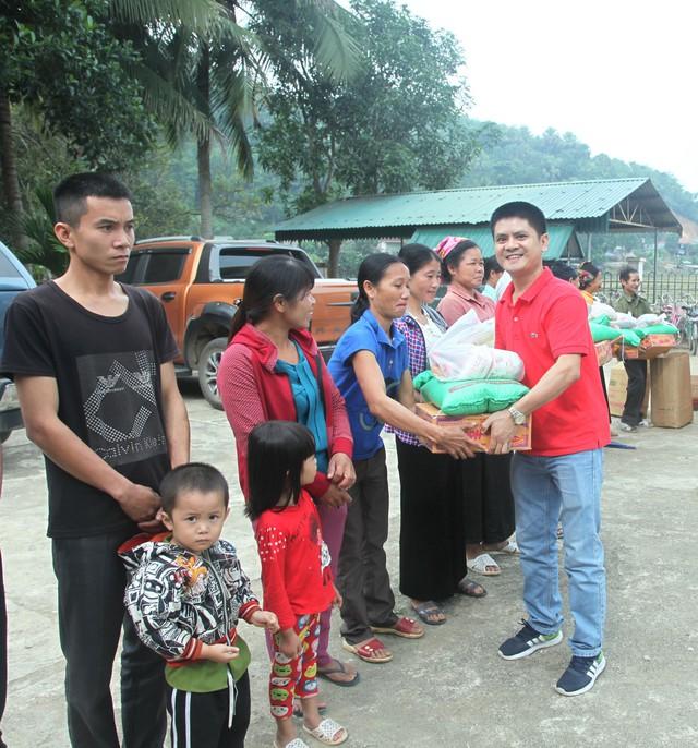 Nhiều phần quà thiết thực được đoàn gửi tặng bà con hai xã Tam Thanh, Tam Lư và bản Tình của huyện Quan Sơn