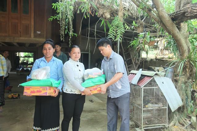 Chị Vi Thị Mai, dân tộc Thái (giữa) cho biết, đây là những món quà mà bà con ở đây rất thích