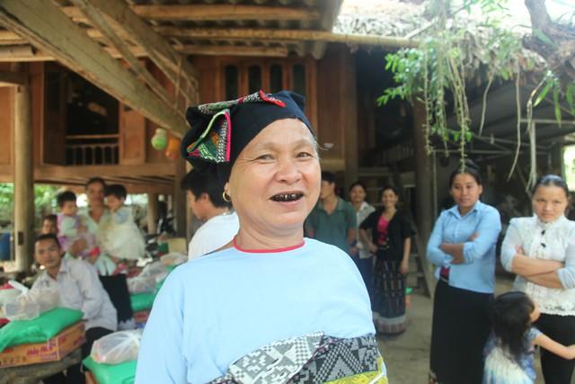 Bà Hà Thị Phiện (57 tuổi) người dân tộc Thái dành nhiều tình cảm cho chúng tôi khi nhận được những phần quà thiết thực