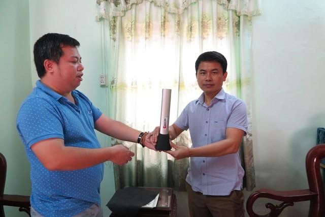 Đại diện một doanh nghiệp trao chiếc máy chiếu cho trường THCS Dân tộc nội trú Quan Sơn