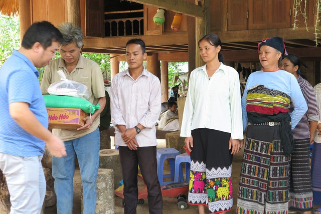 Mỗi hộ được nhận 10kg gạo, 1 thùng mỳ tôm và nhiều đồ dùng khác