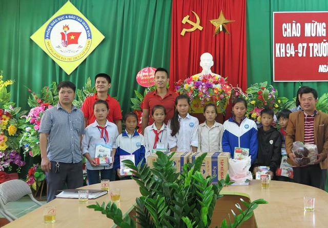 Nhiều phần quà là đồ dùng học tập, sách vở cũng đã được trao cho các em học sinh trường THCS Tam Thanh