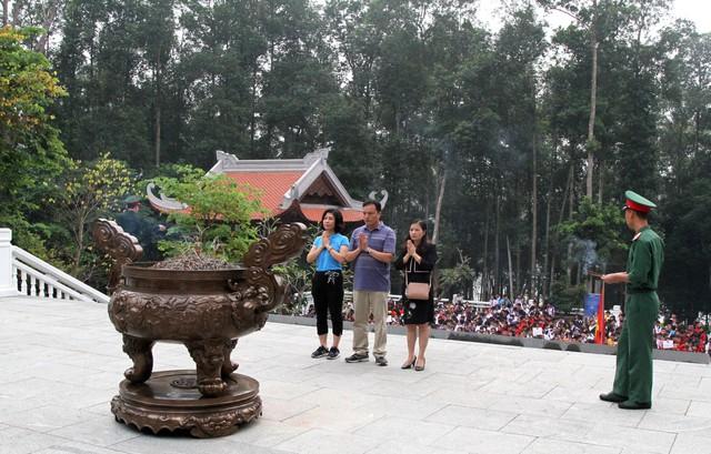 Ba Hiệu trưởng dâng hương trước Đền thờ Bác Hồ tại khu di tích K9.