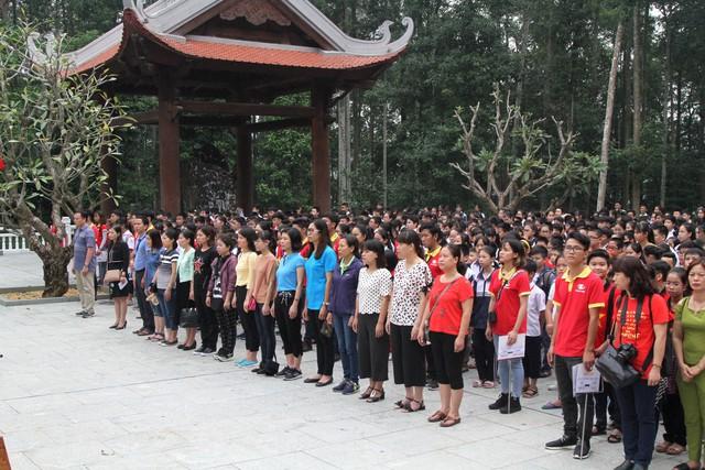 Gần 1.000 học sinh, giáo viên, phụ huynh 3 trường THCS Tây Tựu, Minh Khai, Xuân Đỉnh nghiêm trang trong lễ báo công tại khu di tích K9 lịch sử.