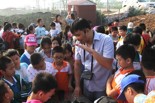 Các em được nông hộ giới thiệu về các loại hoa, cách trồng, chăm sóc hoa.