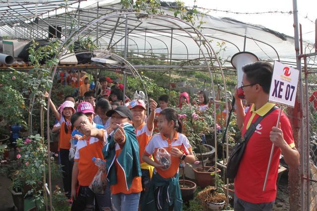 Học sinh trường tiểu học Xuân Đỉnh trải nghiệm, học tập tại vườn hoa huyện Mê Linh.