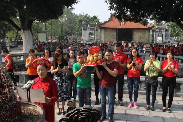 Lễ dâng hương, báo công của cô trò trường Tiểu học Xuân Đỉnh tại Đền thờ Hai Bà Trưng, huyện Mê Linh.