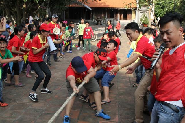 Học sinh tham gia các trò chơi vui nhộn trong hoạt động trải nghiệm.