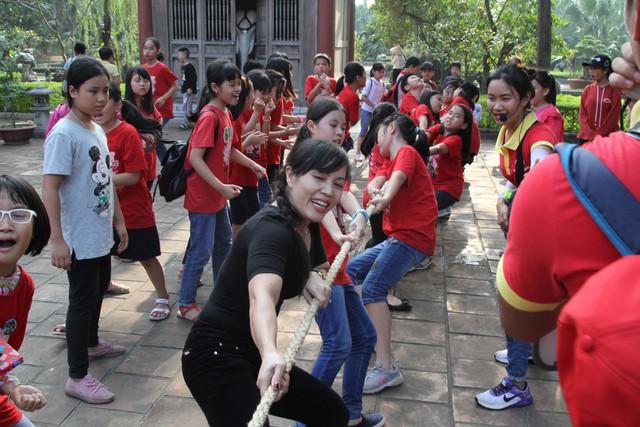 Giáo viên cũng nhiệt tình tham gia chơi cùng học sinh.