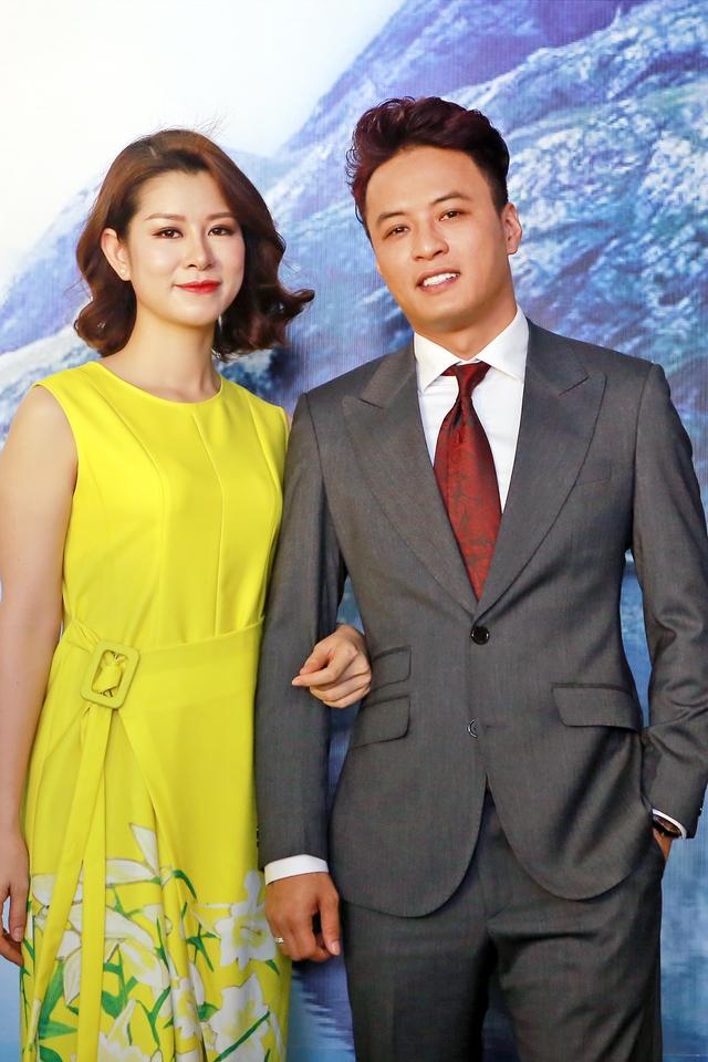 Nữ diễn viên Lưu Huyền Trang bên đồng nghiệp
